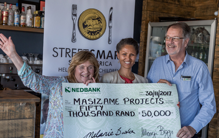 Plett Brenda Wall and Mike Scholtz Masizame on either side of and Melanie Burke Chairman StreetSmart SA lr